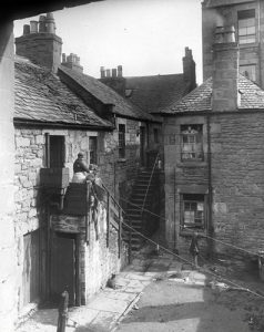 The rear or 'backies' of Cotton Road Dundee. (via Dundee City Archives on Flickr- https://bit.ly/2q6ipze)